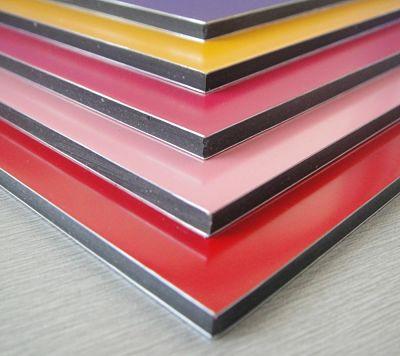 Muestra de paneles de composite en varios colores