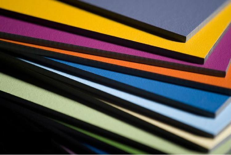 Selección de paneles fenólicos de varios colores utilizados en fachadas ventiladas